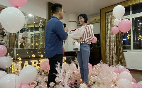 芜湖男子CGV浪漫求婚 女友被感动得痛哭流涕