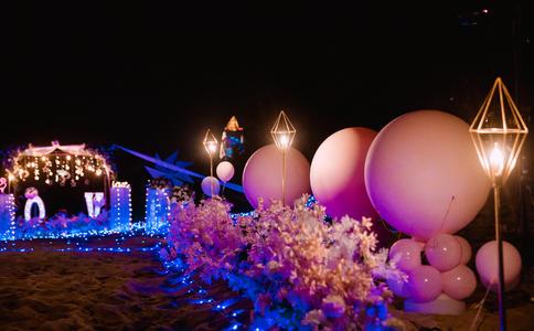 重庆大学上演巨型灯海求婚 帅气小伙抱得美人归