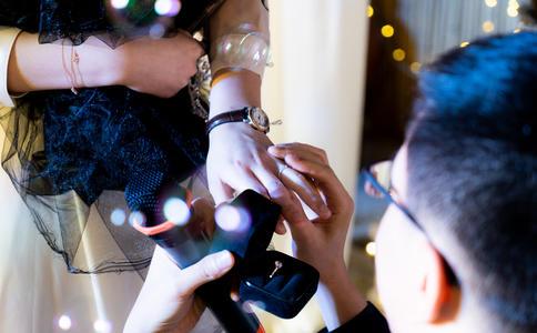 丽江大渡口广场浪漫求婚 所有群众幸福见证