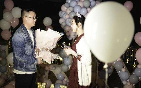 沈阳大剧院上演感人求婚:话剧台上的承诺 无以复加的感动