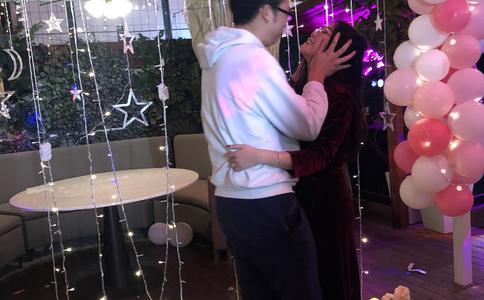 广州毕业男当众向女友创意求婚 见证7年恋情