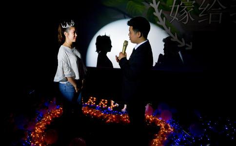 广州大学城感人求婚一幕 幸福情侣迎来浪漫未来