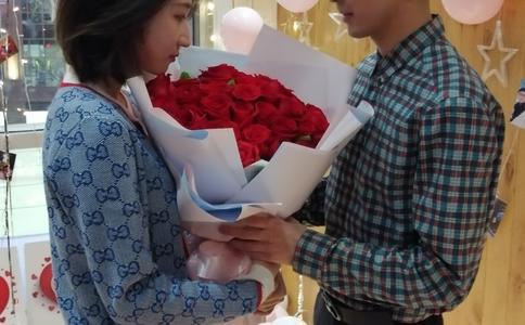 珠海电影院唯美求婚 惊喜浪漫感染所有人