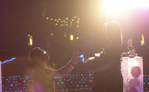 郑州万达快闪浪漫求婚 在欢笑中度过美好的一天