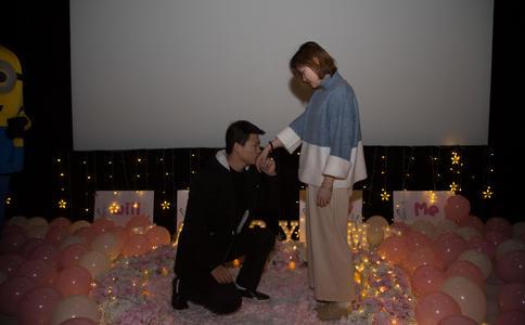 大连电影院浪漫的求婚方式 增添了情侣之间的情意