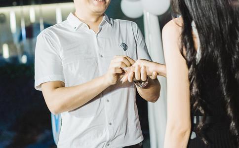 武汉会展中心上演cosplay大求婚 堪称最独特的求婚表白方式