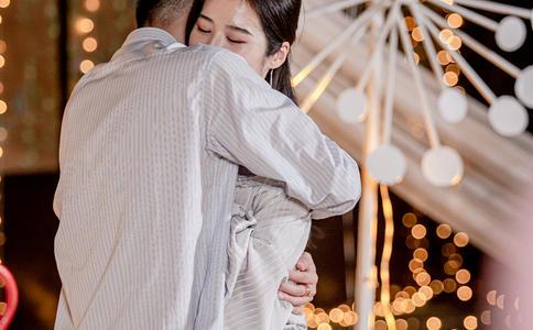 温州酒吧浪漫求婚上演 为我们的幸福安上一个家