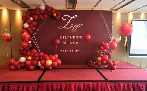 荆州男子浪漫求婚 在其岳母的帮助下顺利求婚成功