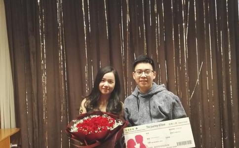 邯郸痴情男新世纪广场上演唯美求婚 千朵玫瑰铺成美丽红毯