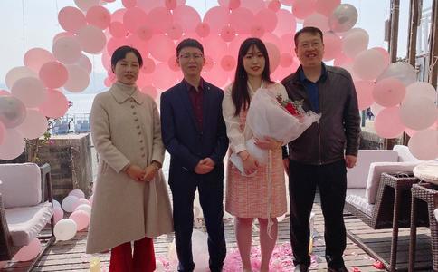 廊坊红星美凯龙员工在亲友和公司同事的见证鼓舞下向女友求婚成功