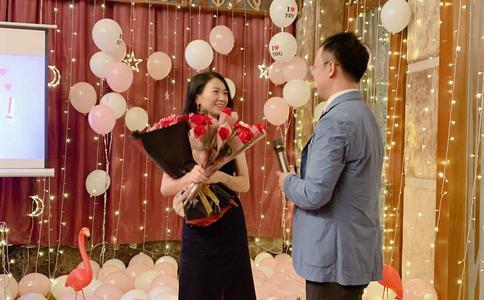 三亚浪漫的玫瑰花灯海草坪求婚 一直都相信爱情