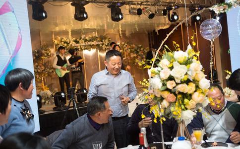 郑州小伙小党创意求婚方式感动女友 成功抱的美人归