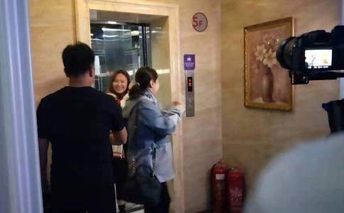 郑州刘先生在家里精心布置求婚 女友看后感动哭了直接扑怀里