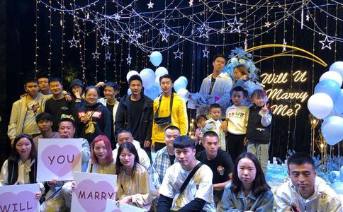 青岛信号山公园浪漫求婚方式 现在求婚越来越时尚了