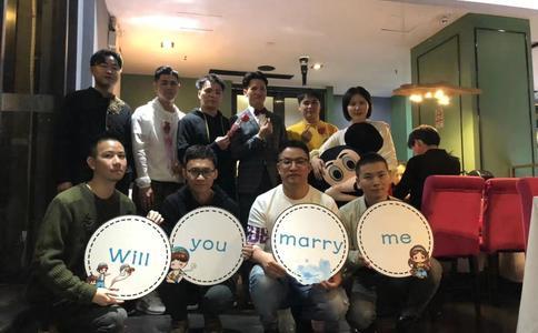 湘潭男子光棍节在步步高广场向女友浪漫求婚 数千人围观