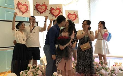 香港男生创意举牌浪漫表白 宝贝请给我一首歌的时间