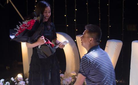沈阳浪漫男生千根蜡烛街头求婚创意 千辛万苦只为博她一笑