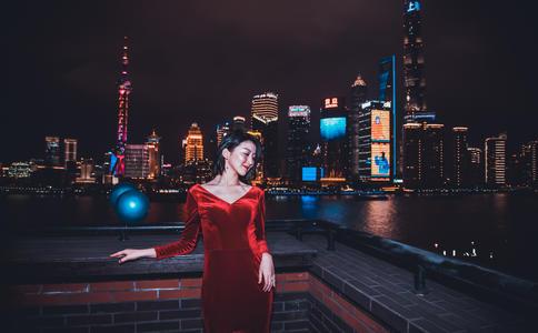 帅气警察香港铜锣湾求婚成功 离奇相遇成就一段浪漫姻缘