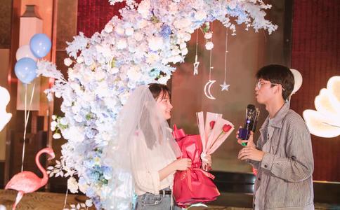 芜湖帅哥中央城大草坪求婚 浪漫大灯海感动女友