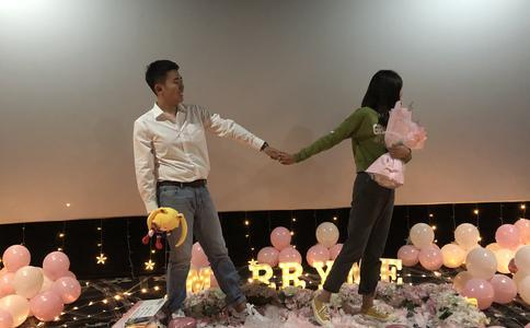 邯郸广场大屏幕求婚 全场众人见证浪漫