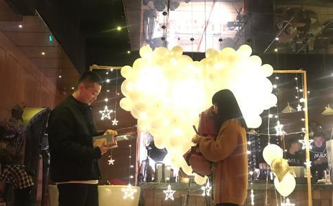 丹东简单又省钱的求婚创意,公司楼下单膝跪地求婚