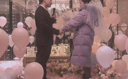 昆明男子BB平台广场大屏幕BB官网 亲人朋友齐见证幸福