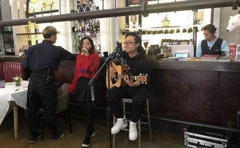 南昌小梁在咖啡厅浪漫求婚 解决了心中的一道难题