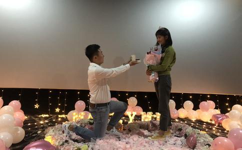 小伙子在西安大唐西市电影院向女友深情告白求婚