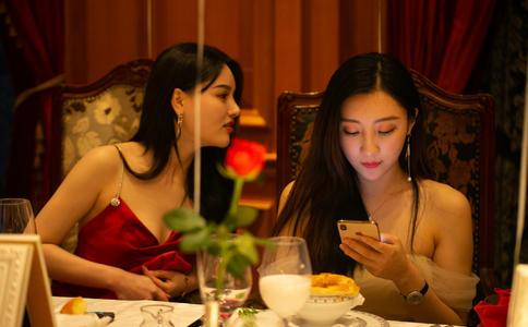 芜湖咖啡厅地下酒窖荧光屏求婚 他们的爱情比烟火更绚烂