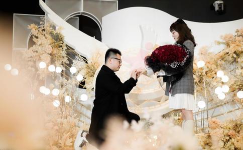 荆州上演灰太狼夜色下求婚 真情流露两人同时哭了