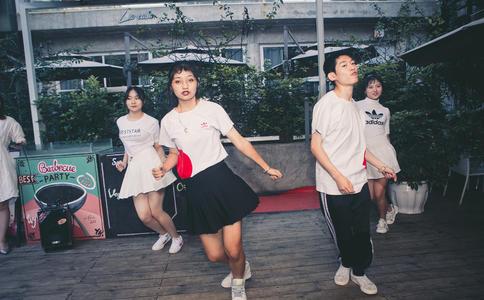哈尔滨独特新颖求婚创意 广场摆6000安全套求婚女神