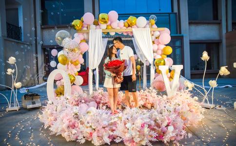 端午节上石家庄万象城大屏幕求婚现场数百人一起见证美好时刻
