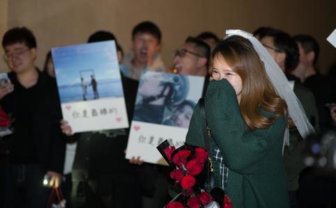 哈尔滨恐龙小伙啤酒节求婚 冰天雪地的浪漫也需创意