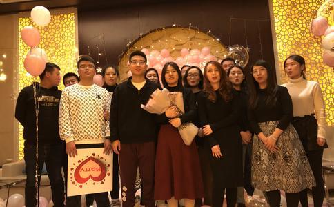 扬州广场快闪求婚 现场百人为其祝福