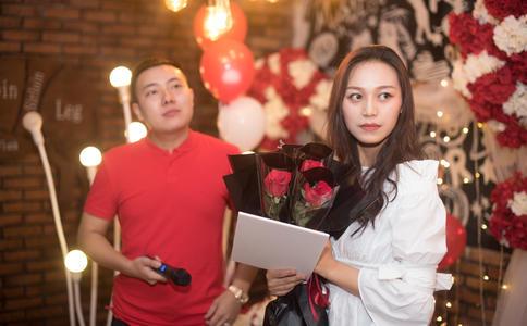 大庆广场上上演激情快闪求婚 男主角为此专门练习最后深深感动女