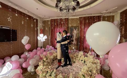 西安上演最浪漫餐厅求婚 迟来的爱会更加珍惜