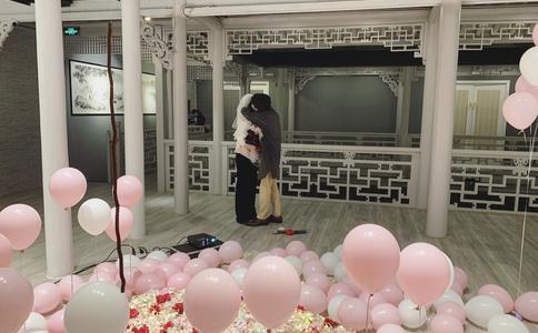 小伙身着玩偶衣服浪漫求婚 亲友团举气球标语助阵
