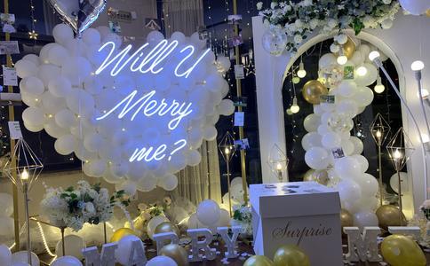 江门男子向爱人浪漫求婚 承诺了延续了七年的爱