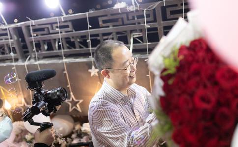 湛江广场帅气男神上演暖心求婚 为爱续写暖心电影桥段