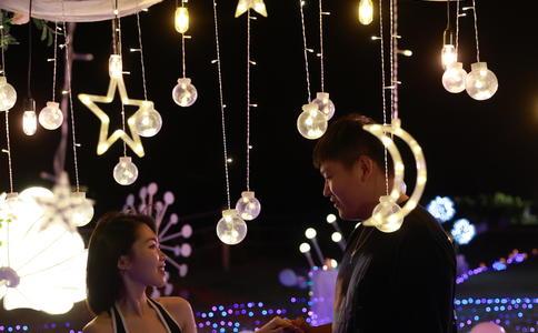 泉州领袖天地大屏幕求婚 8年爱情需要轰轰烈烈
